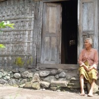 Bapak Tukang Sol Sepatu dan Ibu Tua Desa Kapas